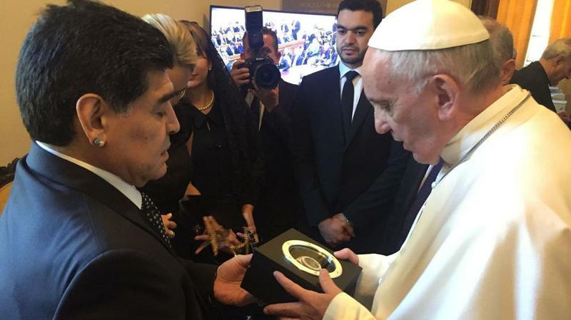 Resultado de imagen para maradona reloj al papa francisco